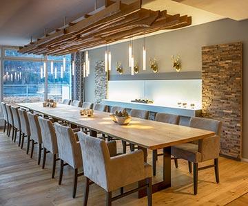 PROJEKT: Hotel - Innenarchitektur und Gesamtprojektleitung Restaurant-Tafel und Lounge-Bereich; Ausführung von Innenausbau, Schreinerarbeiten, Einrichtung, Leuchten und Textilien - Bilder anschauen
