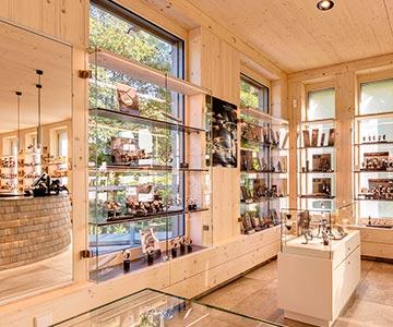 PROJEKT: Shop Hofgut Sternen - Innenarchitektur und Konzeption Ladeneinrichtung für hochwertiges Kunstgewerbe; Ausführung von Innenausbau, Schreinerarbeiten und Einrichtung - Bilder anschauen
