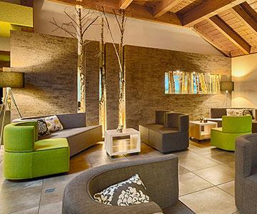PROJEKT: Hotel - Innenarchitektur und Gesamtprojektleitung Empfangsbereich mit Lobby und Backoffice; Ausführung von Innenausbau, Schreinerarbeiten, Einrichtung, Textilien - Bilder anschauen