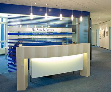 PROJEKT: Kanzlei - Innenarchitektur und Projektleitung Verlegung Firmensitz; Einrichtung von Empfang, Konferenzraum, Büros und Cafeteria - Bilder anschauen